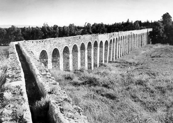 The aqueduct to carry water to 'Akká was built in about 1815 to replace an earlier one destroyed by Napoleon. By the time of Bahá'u'lláh's arrival, it had fallen into disrepair.